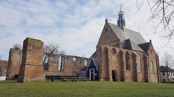 <p>Ruïnekerk te Bergen<br /> De oude katholieke kerk werd in 1573 vernield door de geuzen zodat de Spaanse legers bij het beleg van Alkmaar zich er niet zouden verschansen. Aan het einde van de 16de eeuw werd alleen het koor hersteld. De hervormde gemeente maakt gebruik van de kerk tot op de dag van vandaag.</p>