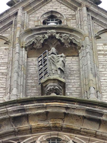 <p>Sint Laurentius met het brandrooster (ca. 1500). Beeld boven het grote zuidvenster van de Grote of St.Laurenskerk van Alkmaar. Het beeld van de stadspatroon heeft de beeldenstorm (1566) doorstaan.</p>